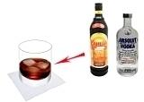 Black Russian Zubereitung: Wodka und Kaffeelikör verrühren