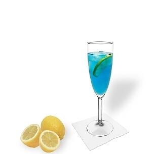 Blue Champagne im Champagnerglas mit einer Zitronenscheibe, die übliche Art diesen leckeren Cocktail zu servieren.