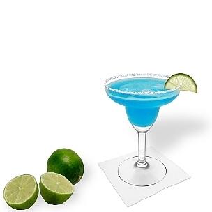 Blue Margarita im Margarita-Glas mit Limettenscheibe und Zucker- oder Salzrand. Die beste Art diesen atemberaubenden und erfrischenden  Tequila-Cocktail zu servieren.