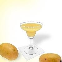 Frozen Mango Margarita im Margaritaglas mit Zucker- oder Salzrand.