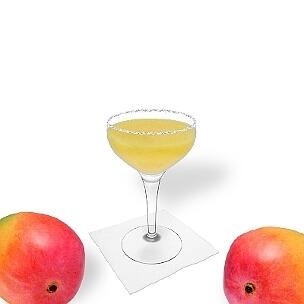 Frozen Mango Margarita in einer Cocktailschale dekoriert mit einem Zucker- oder Salzrand.