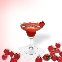 Frozen Strawberry Margarita im Margaritaglas mit Erbeer-Dekoration und Zucker- oder Salzrand.