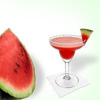 Frozen Watermelon Margarita im Margaritaglas mit Wassermelonen Dekoration und Zucker- oder Salzrand.