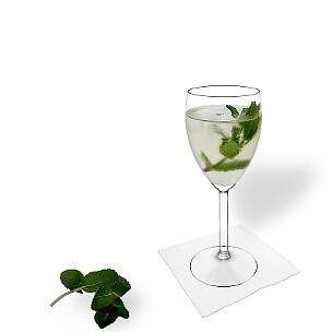 Hugo im Weissweinglas, die übliche Art diesen leckeren Champagner-Cocktail zu servieren.