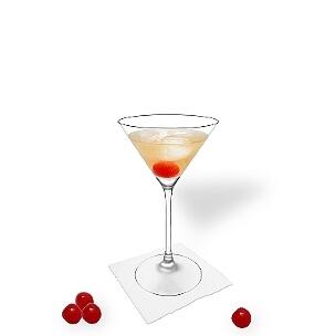 Manhattan im Martini-Glas mit einer Cocktail Kirsche, die übliche Art diesen würzigen Cocktail zu servieren.