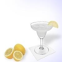 Margarita im Margaritaglas mit Zitronen-Dekoration und Zucker- oder Salzrand.