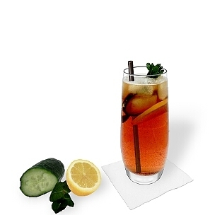Pimms No.1 im Longdrinkglas, die übliche Art diesen leckeren Highballs-Cocktail zu servieren.