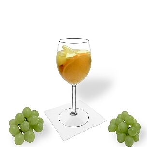 Sangria Blanca ist Weisswein oder Champagner und Orangensaft mit in Alkohol eingelegten Früchten.