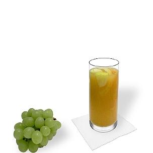 Sangria Blanca im Longdrinkglas, die übliche Art dieses fruchtige Weingetränk aus Spanien zu servieren.