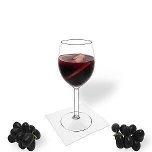 Sangria ist Rotwein und Orangensaft mit in Alkohol eingelegten Früchten.