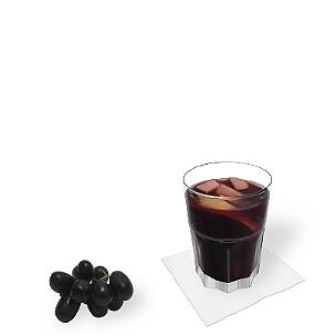 Tumbler-Gläser, kleinere Longdrinkgläser oder Weingläser sind am besten für Sangria geeignet.