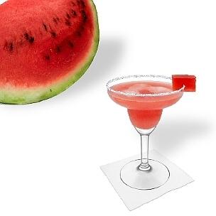 Wassermelonen Margarita im Margarita-Glas dekoriert mit einem Wassermelonen-Würfel und Zucker- oder Salzrand. Eine schöne Möglichkeit diesen leckeren Tequila Cocktail zu servieren.