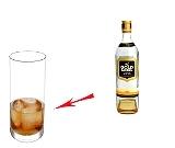 Whisky Cola Zubereitung: Whisky und Eiswürfel